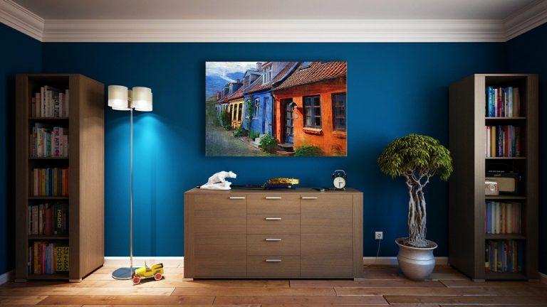 קיר כחול בחדר מעוצב