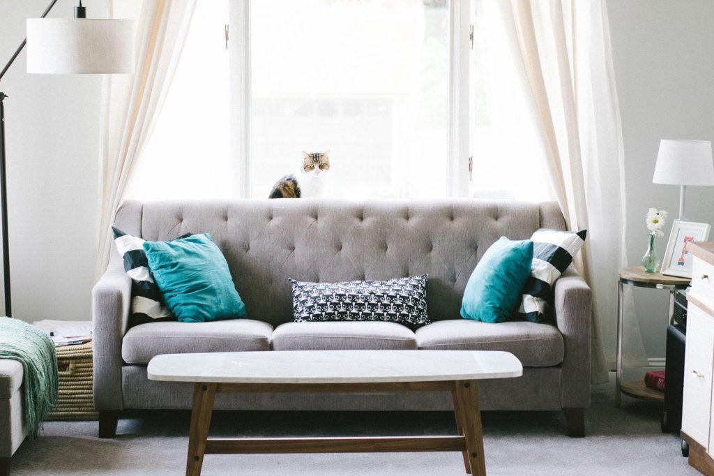 ספה יפה וחדר מעוצב